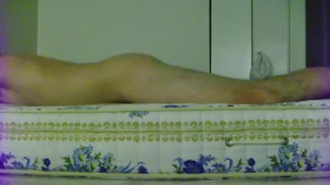 Би парень трахает кровать с использованным презервативом