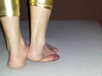 Barefoot cockcrush in gold leggings