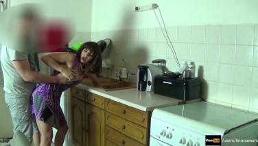 Madrasta forçada a transar e enteado goza dentro enquanto ela está presa