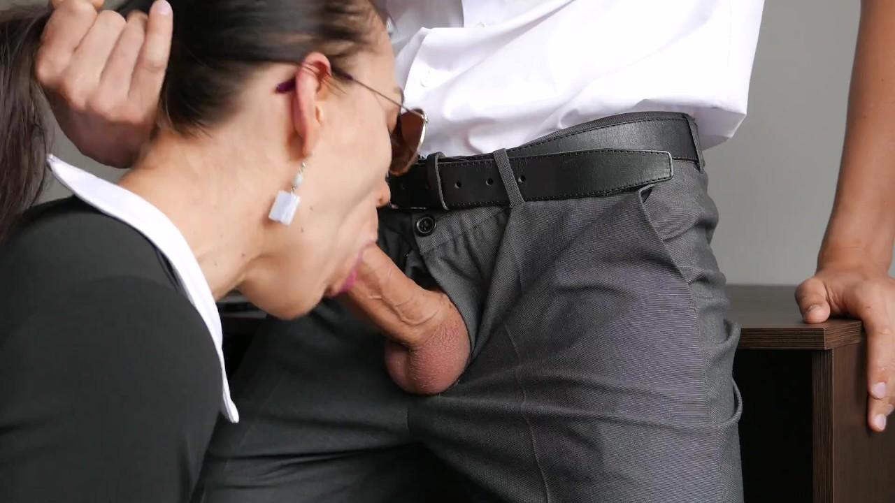 Возбужденный молодой секретарь трахается в анал, киска и рот с ее офис босс