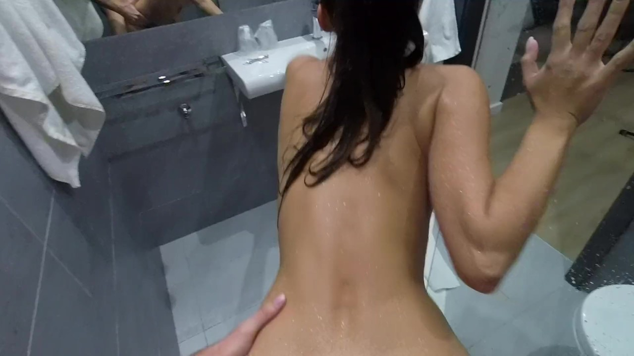 Клаудияс реальный оргазм в то время как ебёт под душ