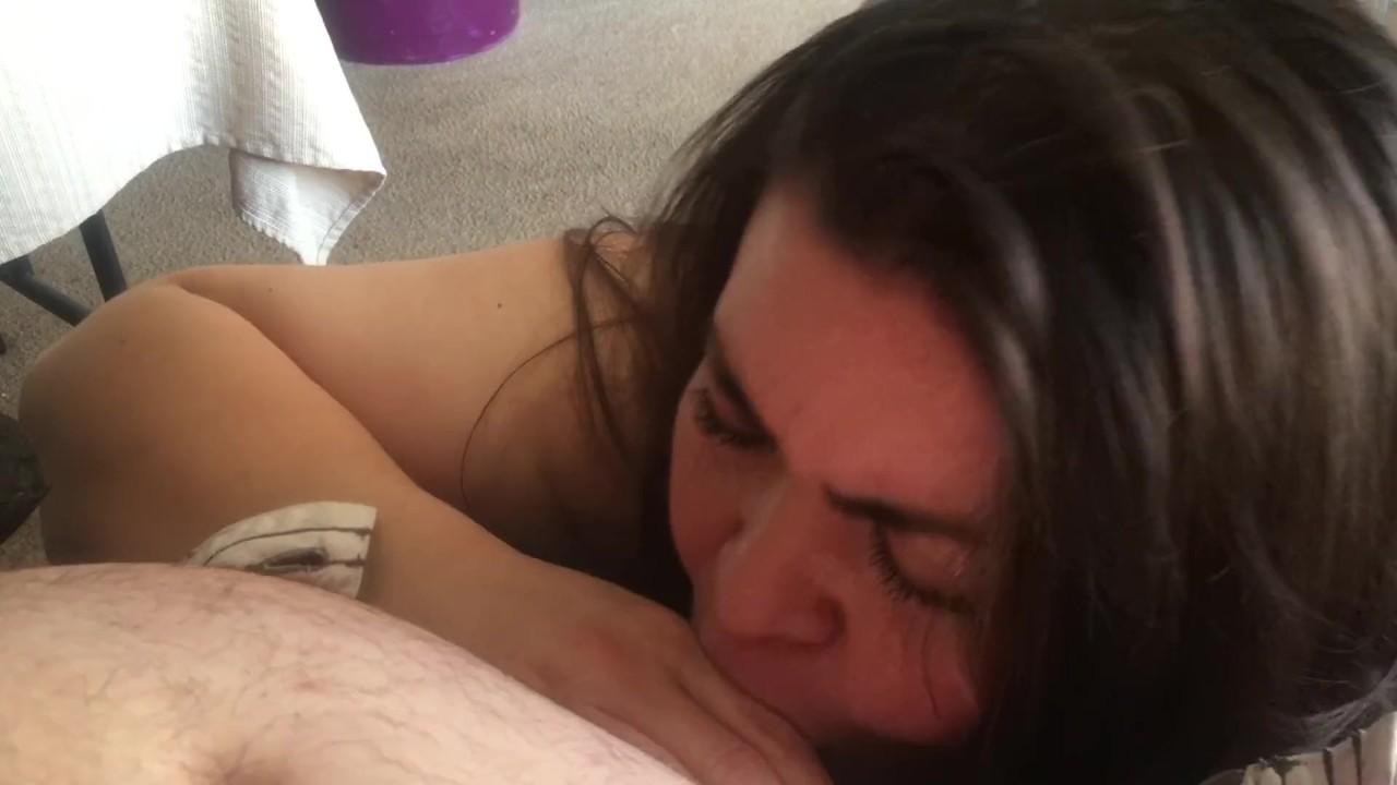 Грязные латинка жена остасывает мужья белый член в его стол-кариме куммз