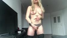 Gabi Gold die deutsche blonde Hure macht Striptease