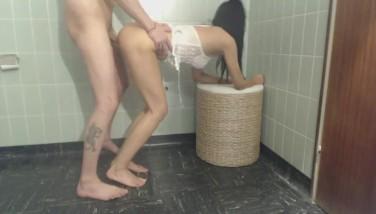 Девушка кончает в ванной