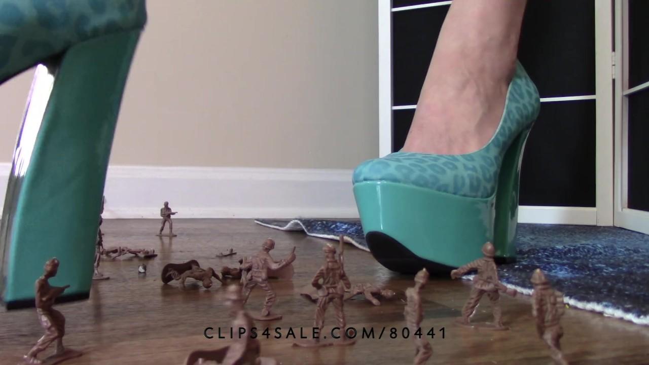Давка фетиш великанша богиня люси давит армия мужчины с каблуки луцивантс