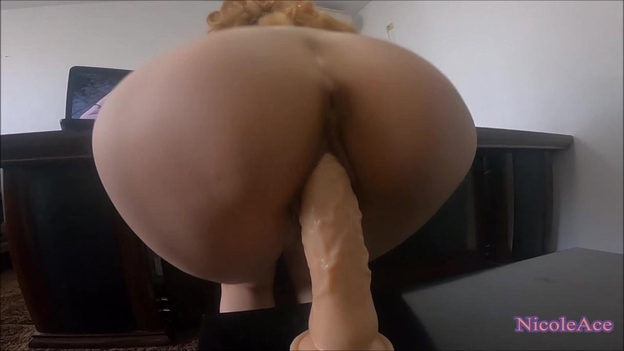 Возбужденный подросток наездница огромный фаллоимитатор во время просмотра порно-реальный оргазм