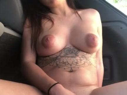 Мастурбирует в мой автомобиль