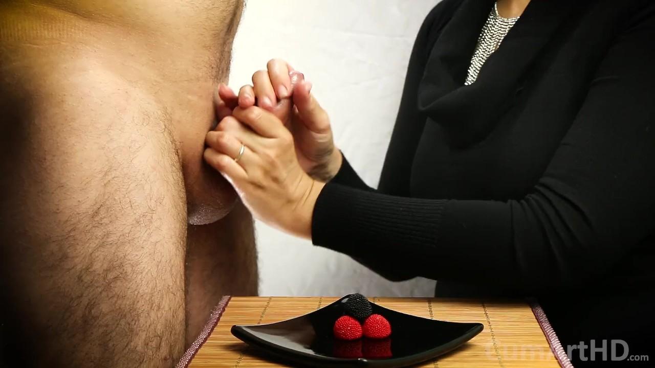 Одетая женщина голый мужчина мастурбирует + сперма на конфеты ягоды! кончить на еду