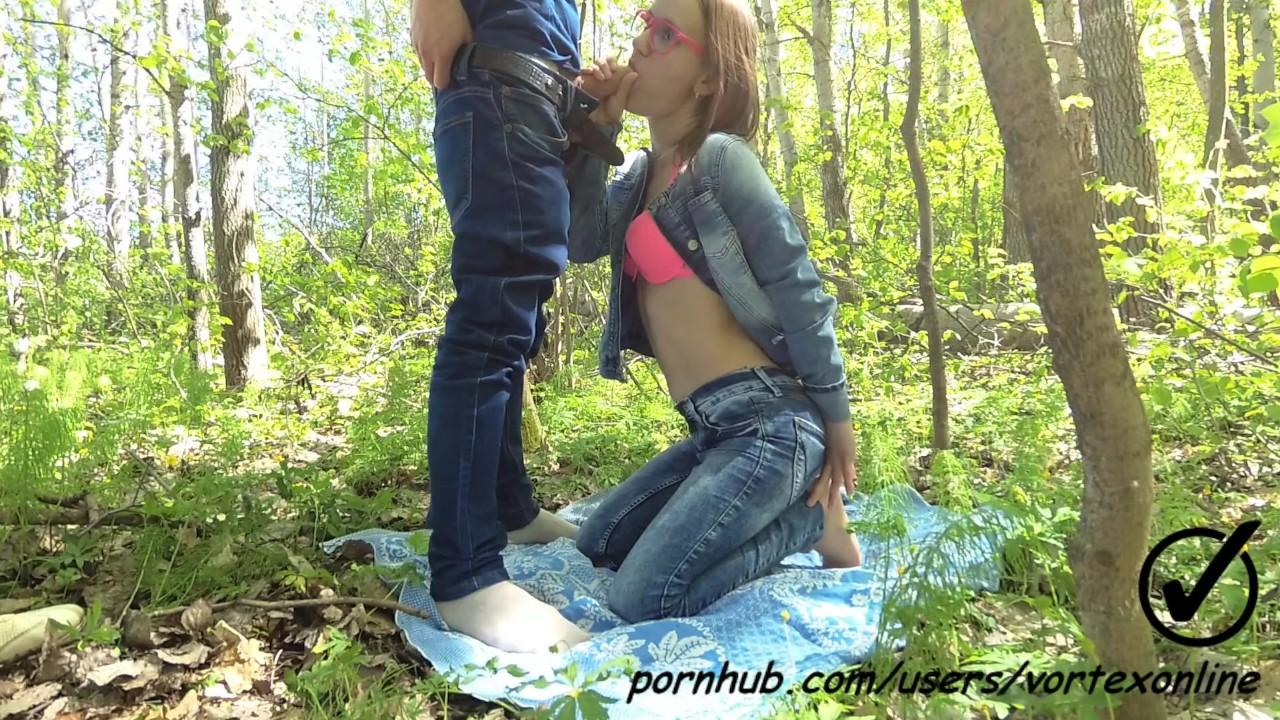 Парень с девушкой в лесу частное