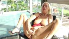 Блондинка в чулках любит мастурбировать киску