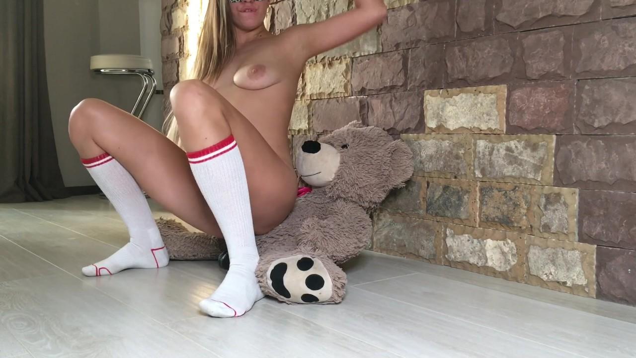 Плюшевый медведь трахают распутная подросток