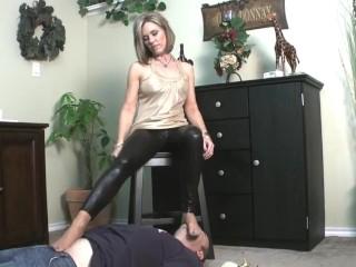 Nikki Ashton – Foot Smelling Sweaty Nylon MILF Feet