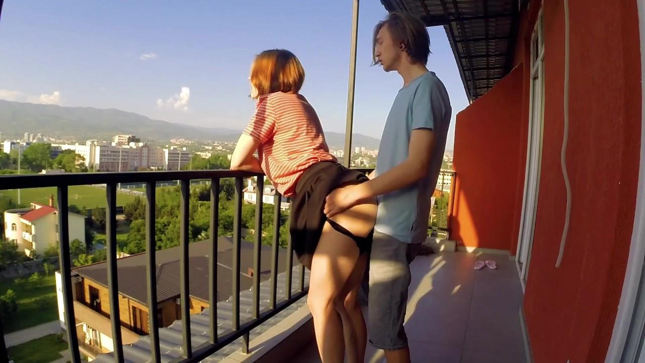 Старик сидя секс фото на балконе