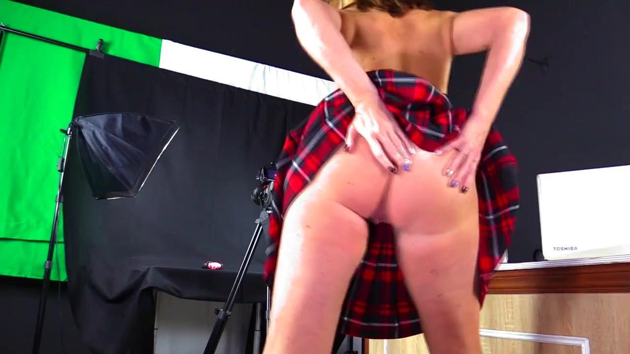 Марта проверяет секс-игрушки с ее мокрой киски