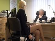 LOAN4K. L'agent pénètre dans la bouche et la chatte du client blonde pour u