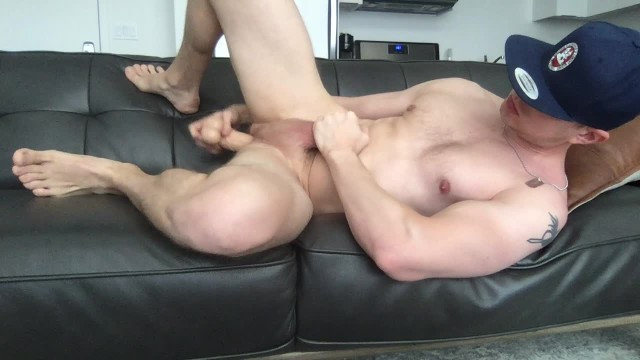 Muscular guy fists and dildo fucks his ass, jerks off fat dick and cums