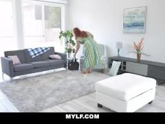 MYLF - Stoere Oudere Poema Masturbaten Met Vibrerend Speelgoed