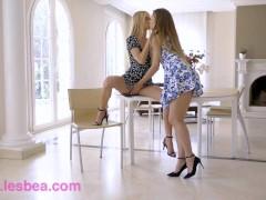 Lesbea Pretty blondines Mary Rock en Nancy Een lesbische kutjeslikkende climax