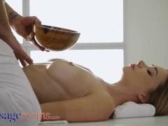 Massageruimtes Sexy jonge polina max geeft blaaswerk op de melktafel