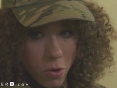 TS Army Girl Lily Demure Neukte door Cis Guy - GenderX
