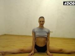 Doegirls - Petite Teen Mia Split Stretching Her Tight Pussy On A Dildo