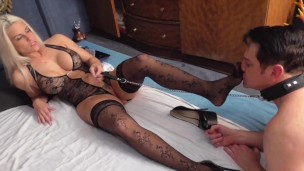Блондинка управляет в сексе своим рабом, порно видео легкий бдсм