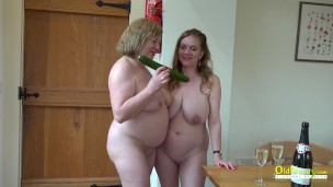 Пожилые женщины пробуют розовую любовь вдвоем