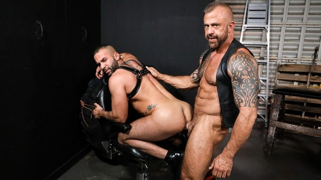 Leather Daddy Jon Galt Gives Sub Pheromones & Cock - MenOver30
