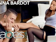 Babes - Vanna Bardot needs a sensual massage to work the kinks out of her neck