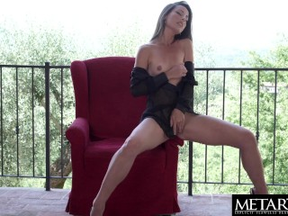 Watch this sexy girl fingerbanging her hairy pussy on the balcony