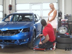 RIM4K Car mechanics anus is tongued by a sexy short-haired beauty