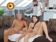 DADDY4K Brunette satisfait ses besoins sexuels en utilisant le bâton du père de BF