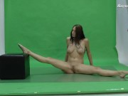 Nicol proves how she can spread her legs naked