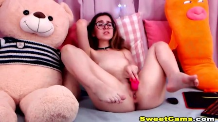 Cute Babe Toying Her Small Hole
